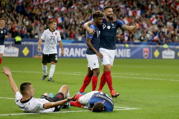 """Dội 4 """"trái bom"""", Pháp phô trương sức mạnh"""