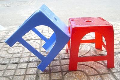 Vì sao trên mặt ghế nhựa thường có 1 lỗ hình tròn?