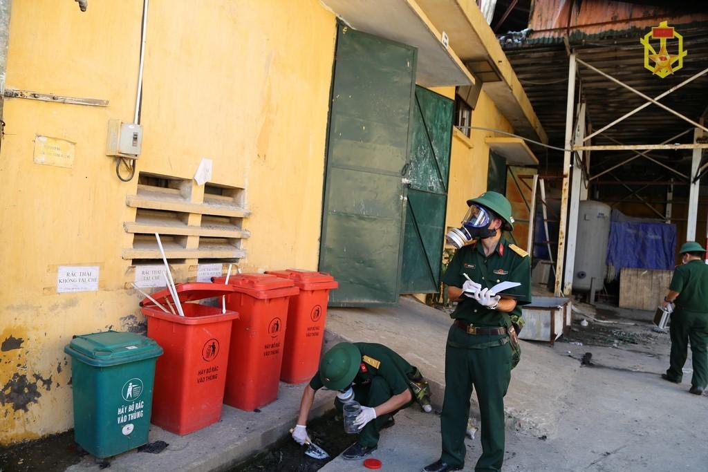 Bộ đội hóa học lấy 25 mẫu, lên phương án tiêu độc nhà máy Rạng Đông