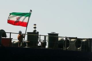 Tàu Iran cập bến bán dầu, Mỹ cảnh cáo người mua