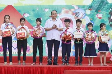 Thủ tướng tặng quà, vui Tết Trung thu cùng trẻ em nghèo