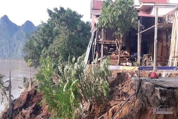 Sau tiếng ầm ầm, nhiều ngôi nhà ở Quảng Bình chực sập xuống sông Gianh