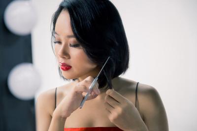 Hoàng Quyên tự gây sát thương khi nhảy 10 tiếng trong MV mới