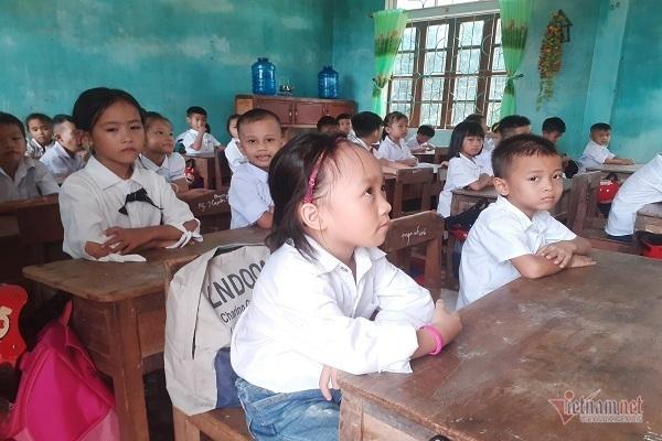 Ngày khai giảng trở lại cảm động của trẻ em vùng lũ