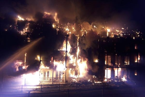 Toà chung cư ở London cháy ngùn ngụt, huy động hơn 100 lính cứu hoả