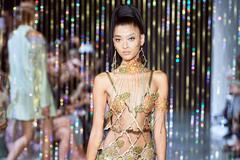 Người mẫu để ngực trần biểu diễn thời trang