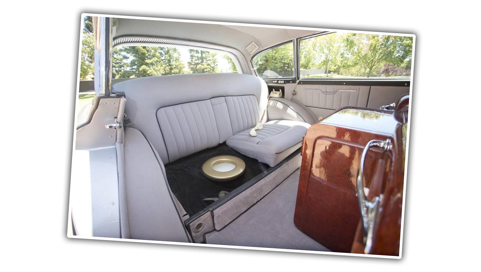 Kỳ lạ, Rolls-Royce trang bị cả nhà vệ sinh trong xe