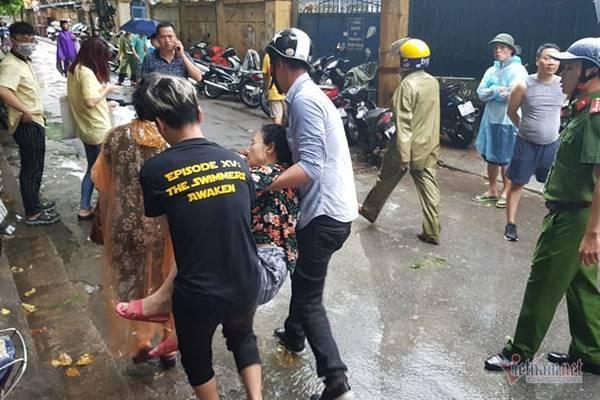 Cháy lớn ở Hà Nội, thanh niên mắc kẹt, hôn mê trên tầng 4