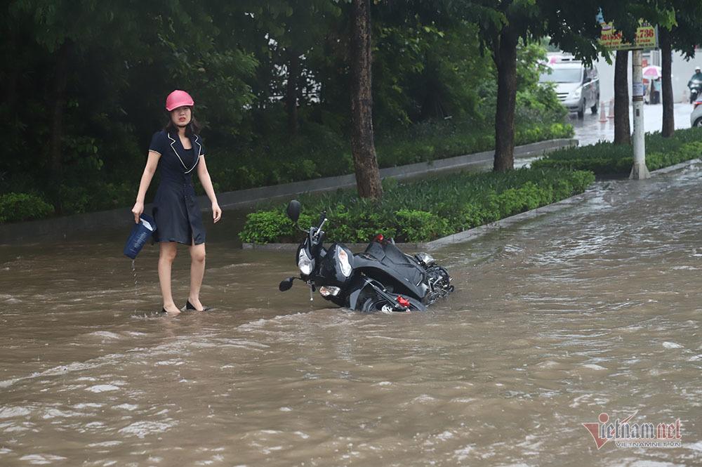 Ngã nhào giữa 'biển nước' Long Biên, quý cô bất lực cầu cứu