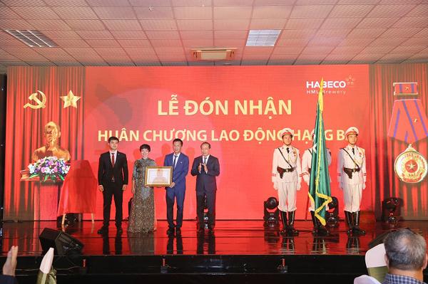 Nhà máy Bia Hà Nội - Mê Linh đón nhận Huân chương Lao động hạng Ba