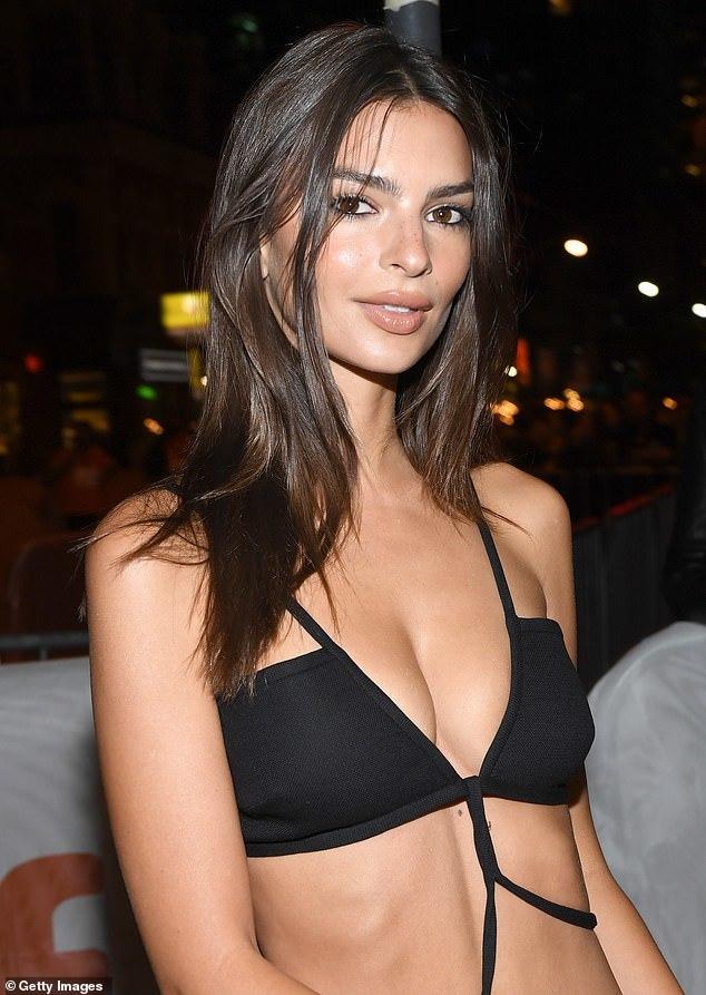 Người mẫu nội y diện váy cut-out táo bạo, không nội y trên thảm đỏ