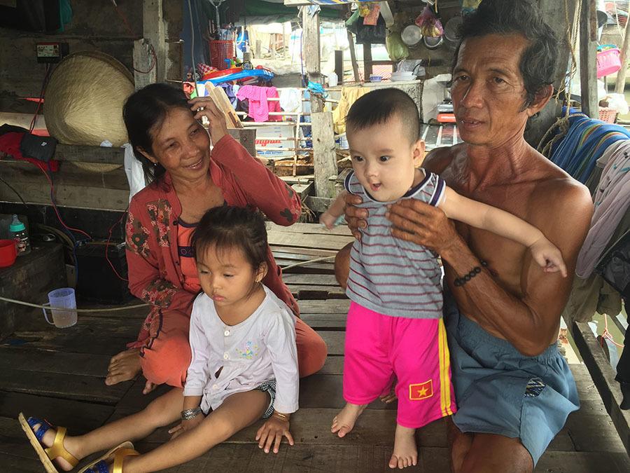 Cảnh sống khó tin ở xóm Bè ổ chuột giữa lòng Sài Gòn