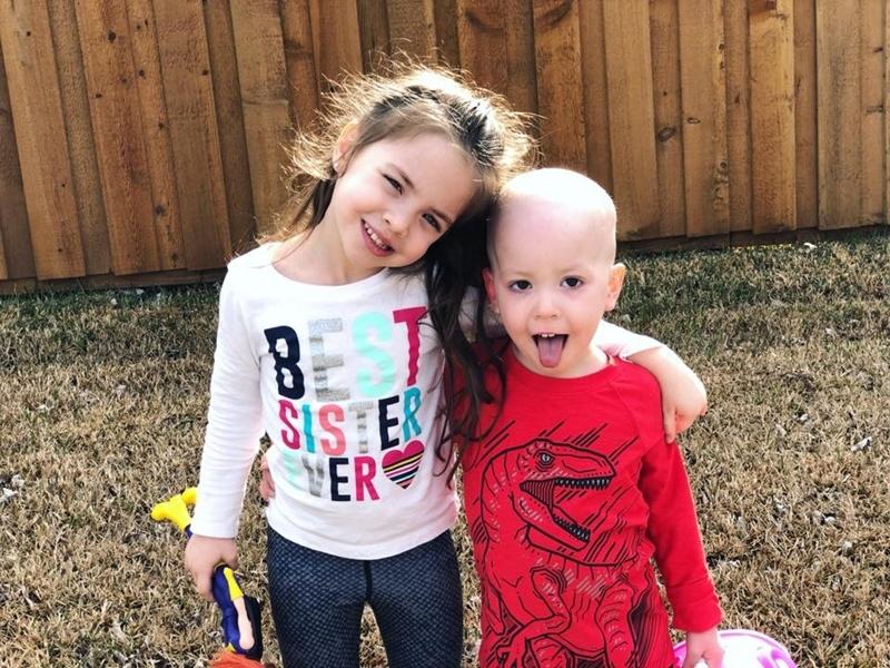 Hình ảnh bé gái 5 tuổi chăm sóc em trai bị ung thư máu lấy đi nước mắt triệu người