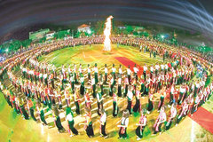 5,000 people to perform xoe dance
