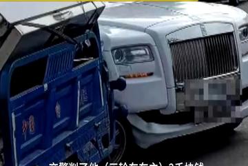 Xe ba bánh đâm móp đầu Rolls-Royce phải bồi thường nặng