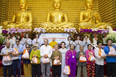 Tập đoàn TLM tặng 800 phần quà cho người khiếm thị