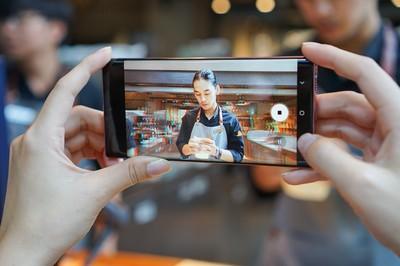 """Cuộc so găng giữa 2 """"bom tấn"""" Galaxy Note10 và iPhone 11"""