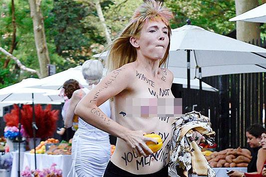 Dàn người mẫu bán nude, mặc nội y diễn thời trang trên đường phố