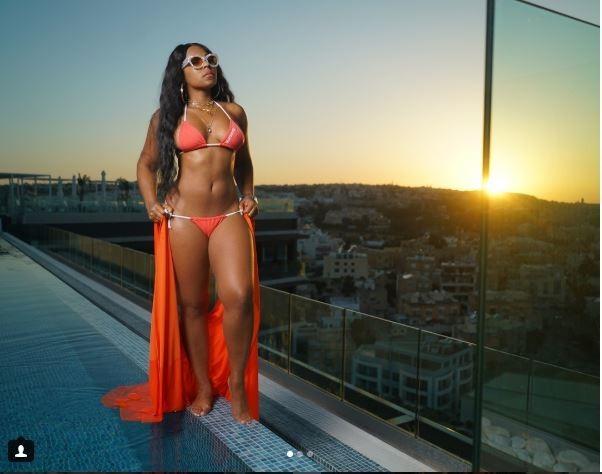 Nữ rapper bị chỉ trích vì ăn mặc hở hang quá mức trên sân khấu