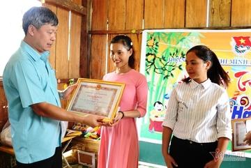 Chủ tịch huyện đi bộ đến thăm 2 cô giáo và 34 học trò Tắk Pổ