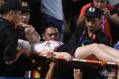 Fan nữ đổ máu, nhập viện cấp cứu vì bỏng pháo sáng ở Hàng Đẫy