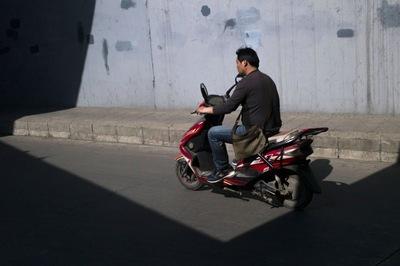 Cửa bay vèo vèo, hạ gục người lái xe máy