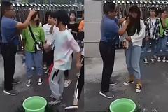 Thầy giáo đứng cổng trường lau sạch mặt cho nữ sinh vì trang điểm đến lớp