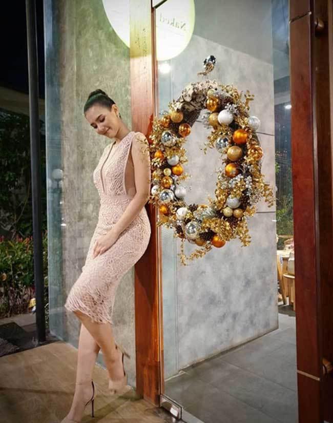 'Hoa hậu đẹp nhất lịch sử Lào' cũng mê mốt không nội y, váy áo tôn ngực đầy