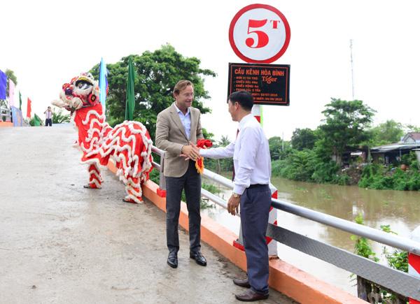 Khánh thành cây cầu xây từ nguyên liệu nắp chai tái chế