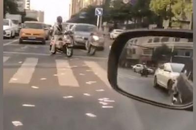 Người đàn ông Trung Quốc vứt 14.000 USD ra đường rồi hối hận