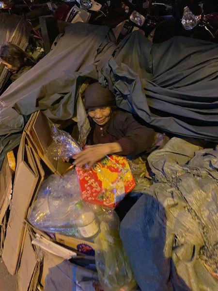 Volunteers help homeless people,young volunteers,'Chia Sẻ Vì Cộng Đồng',distribute food,blankets,warm clothes,social news,vietnamnet bridge,english news,Vietnam news,vietnamnet news,Vietnam latest news,Vietnam breaking news,Vietnamese newspaper,news vietn