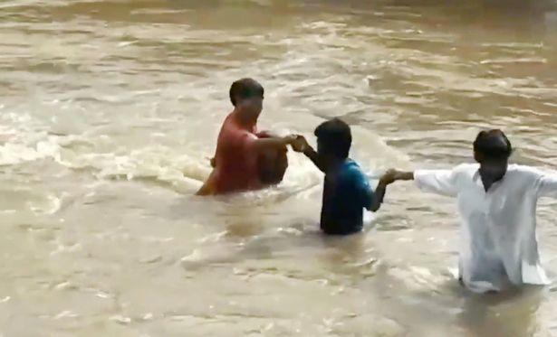 Ấn Đô,giải cứu,bé gái,đuối nước,dân làng,lũ lụt,mưa lớn