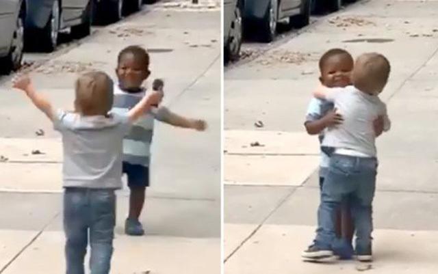 Clip hai em bé ôm chầm lấy nhau sau 2 ngày không gặp 'gây bão'