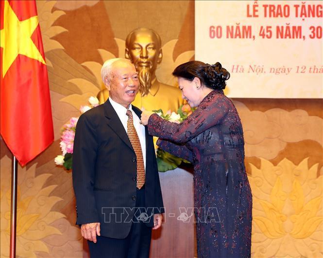 Trao tặng huy hiệu 60 năm tuổi Đảng cho nguyên Chủ tịch QH Nguyễn Văn An