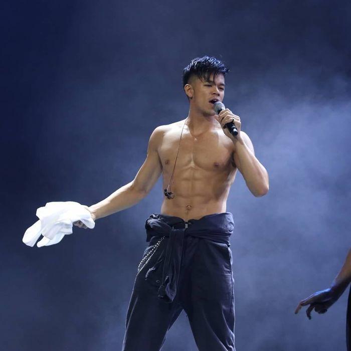 Trọng Hiếu gặp sự cố rách quần khi đang biểu diễn trên sân khấu