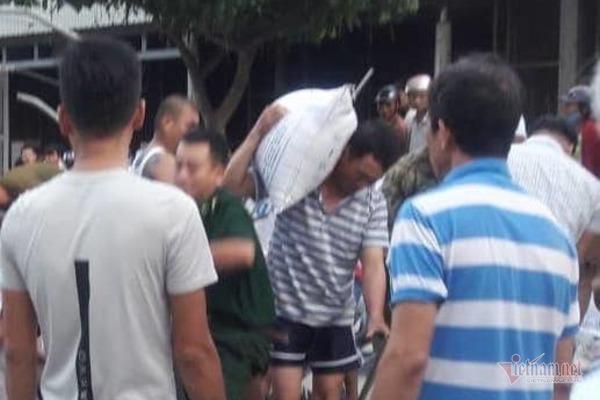 Xe tải chở gạo lật tại Quảng Trị, người dân thu gom giúp tài xế