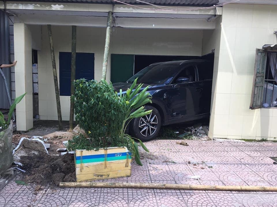 Nam thanh niên Thái Bình lùi xe Mazda CX5 sập tường nhà bố mẹ