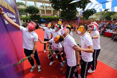 Quang Hải, Tiến Dũng đeo mặt nạ trung thu truyền cảm hứng