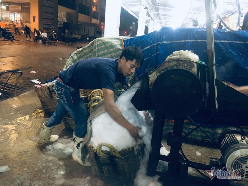 Vác đá lạnh xuyên đêm, anh công nhân phấn khởi nhận 400 ngàn đồng