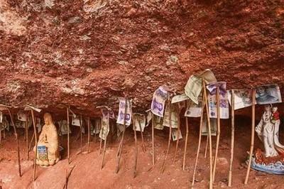 Tiền cắm đầy dưới chân núi nhưng không ai dám lấy cắp