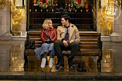 'Mẹ rồng' cặp với trai đẹp 'siêu giàu châu Á' trong 'Last Christmas'