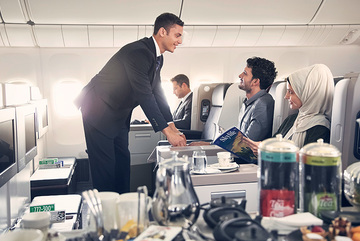 Tiếp viên hàng không xinh đẹp lên máy bay liên tục bê đồ ăn và dọn rác