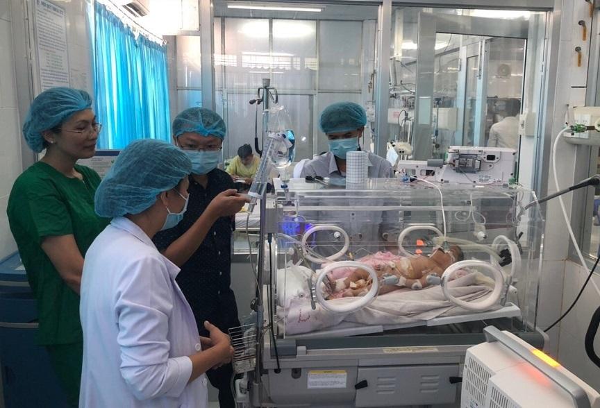 Bác sĩ Sài Gòn vượt 150 km cứu em bé có ruột chui qua lồng ngực, tim lệch phải
