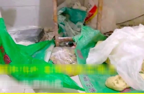 Cảnh kinh dị trong xưởng làm bánh trung thu ở TQ
