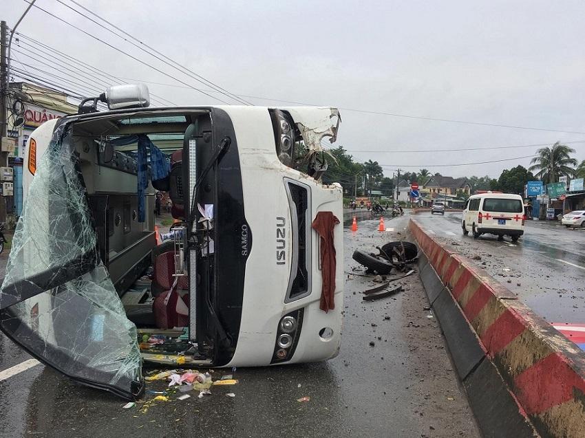Xe khách tông dải phân cách lật ngang, hàng chục người đập cửa kêu cứu