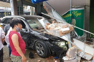 Xe Mecerdes tông Lexus, lao tiếp vào cửa hàng mỹ phẩm bẹp dúm