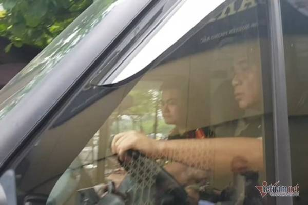 Tài xế Doãn Quý Phiến thực nghiệm lái ô tô đến trường Gateway đón học sinh