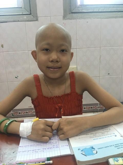 Xúc động người mẹ trẻ lặng lẽ nhặt từng sợi tóc rụng của con ung thư