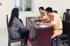 'Phớt lờ' xe ưu tiên, nữ tài xế ở Hà Nội bị phạt tiền, tước bằng lái
