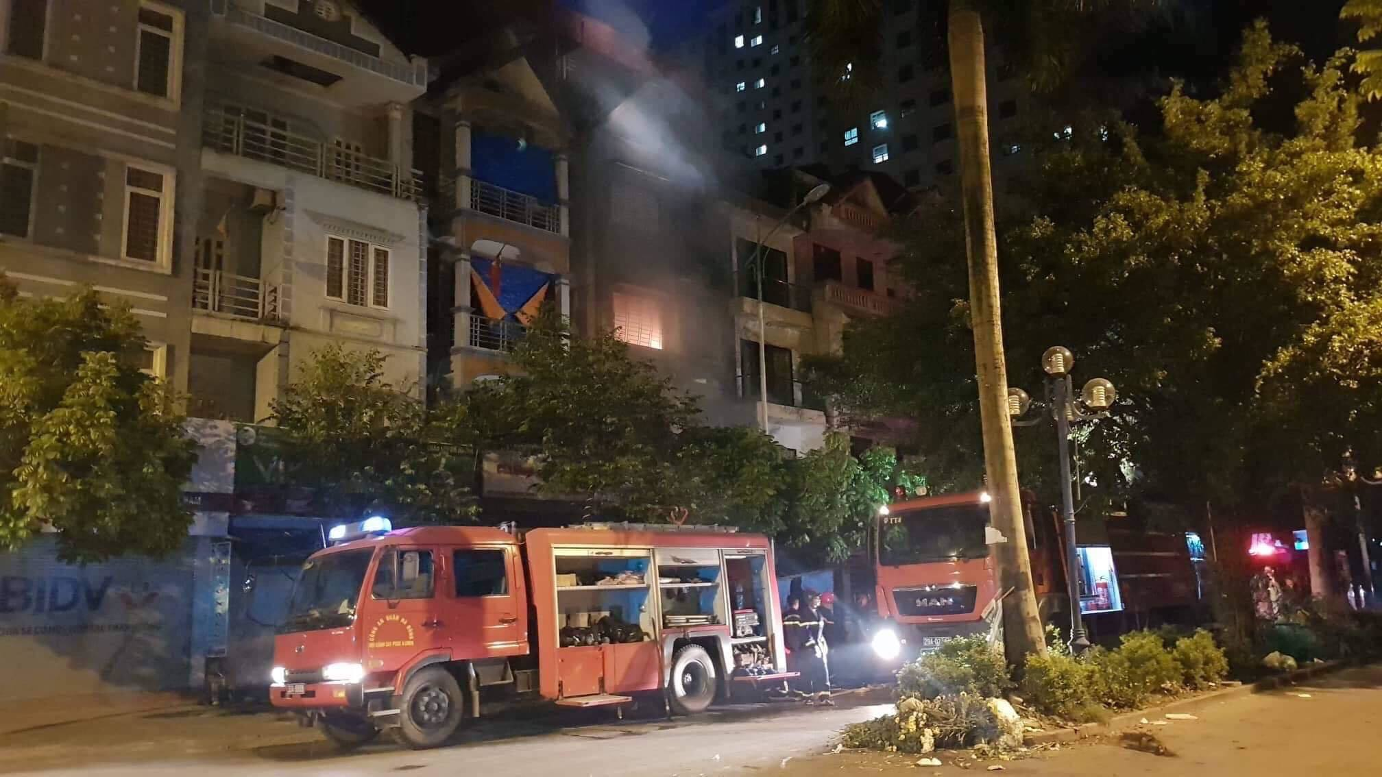 Đêm Trung thu 2 nhà ở Hà Nội cháy rừng rực, giải cứu 4 người